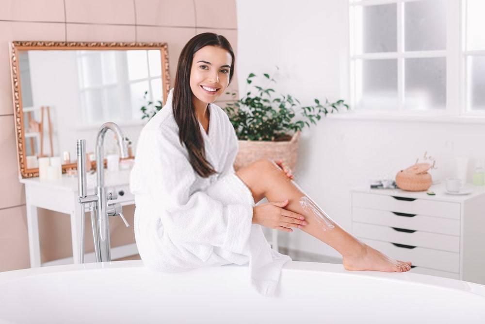 Bacağını Nemlendiren Genç Kadın