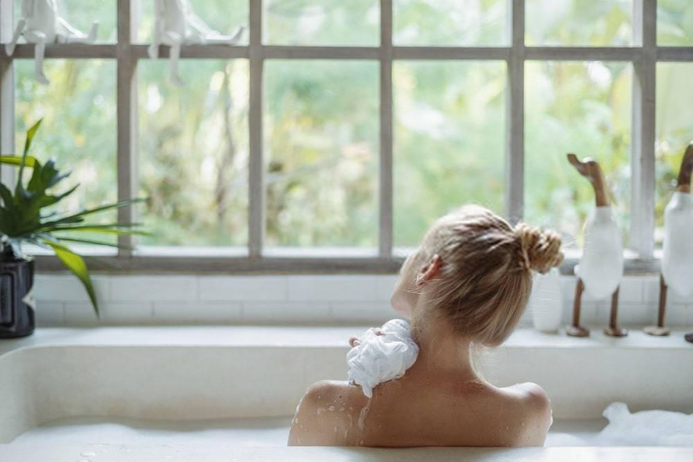 Banyo Lifi Kullanan Genç Kadın