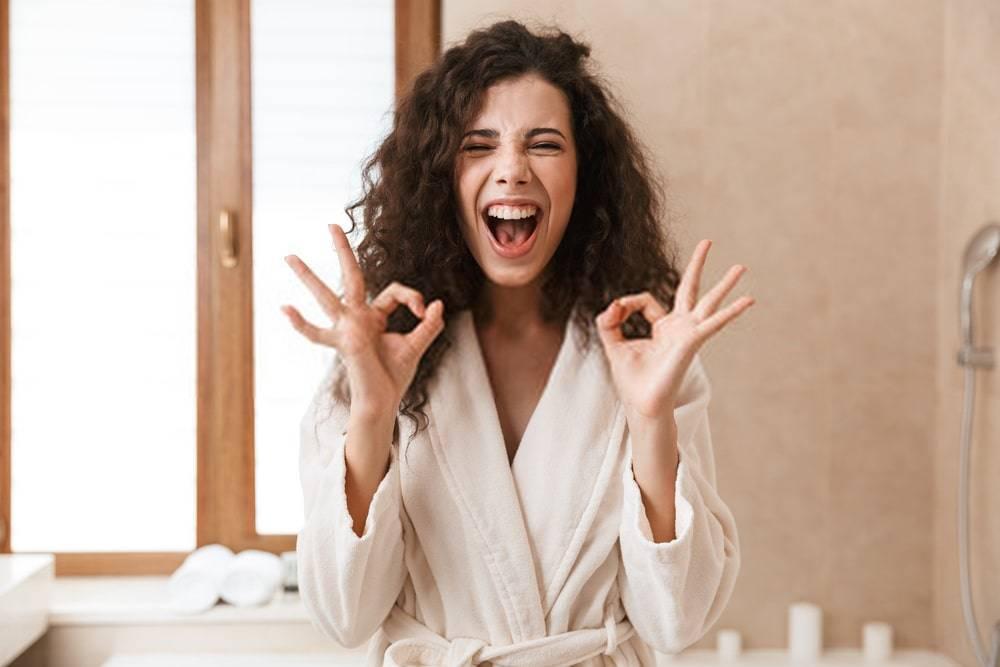 Banyoda Mutlu Genç Sevimli Kadın