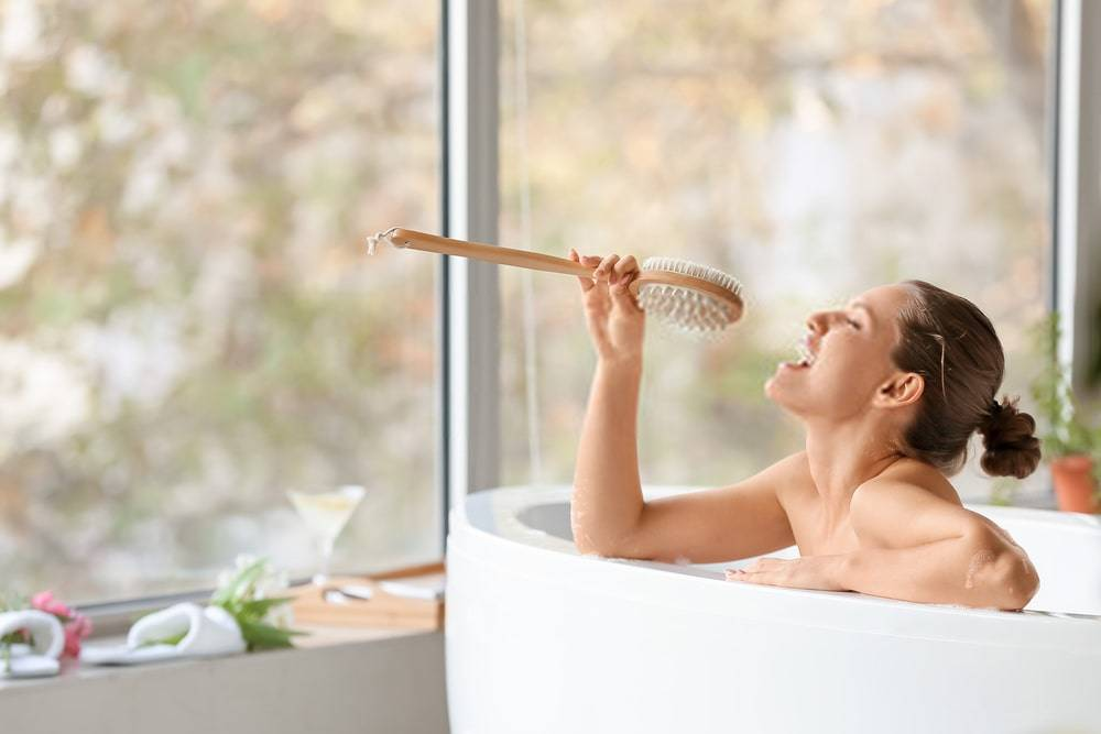 Banyoda Şarkı Söyleyen Genç Kadın