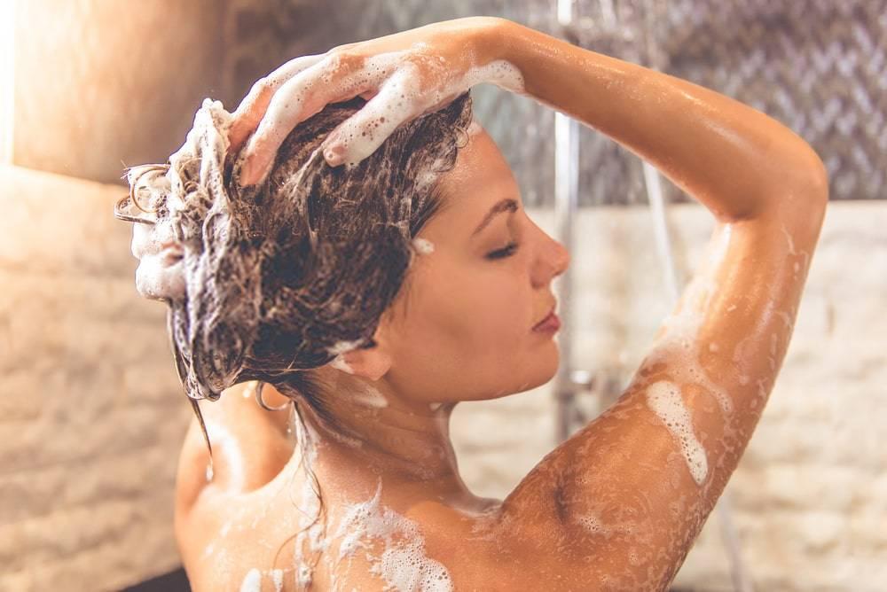 Saçını Şampuanlayan Genç Kadın