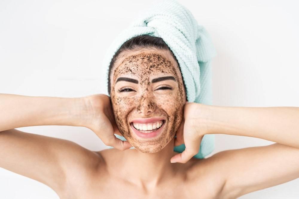 Yüzüne Kahve Maskesi Yapan Genç Kadın